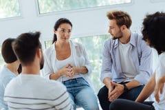 有宜人的聪明的治疗师小组会议 免版税库存图片