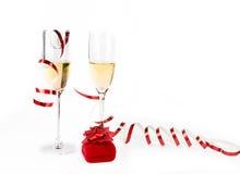 有宝石工人配件箱的二个香槟觚在白色 免版税库存图片