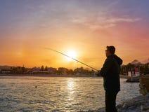 有实心挑料铁杆渔的钓鱼者在地中海 免版税库存图片
