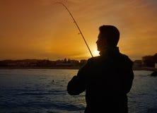 有实心挑料铁杆渔的钓鱼者在地中海 库存图片