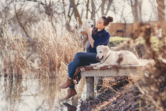 有宠物的美丽的女孩在湖附近 库存照片