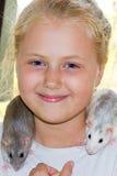 有宠物鼠的女孩 库存照片