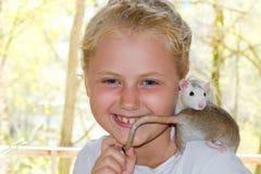 有宠物鼠的女孩 免版税库存照片