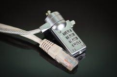 有审阅它,互联网安全概念的以太网电缆的小挂锁 库存图片