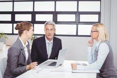 有客户的商人在会议室 免版税图库摄影