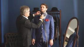 有客户的裁缝在工作室 缝合的定制的衣服 股票录像