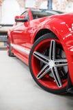 有室内合金轮子的红色汽车 库存图片