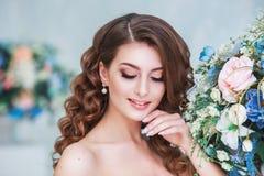 有室内婚礼构成和发型的美丽的年轻新娘 年轻华美的新娘特写镜头画象在演播室 库存照片