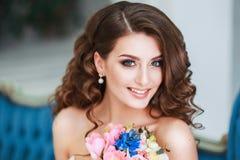 有室内婚礼构成和发型的美丽的年轻新娘 年轻华美的新娘特写镜头画象在演播室 免版税库存图片