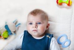 有室内蓝眼睛的可爱的男婴 免版税库存照片