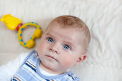 有室内蓝眼睛的可爱的男婴 免版税库存图片