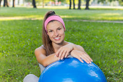 有室外普拉提的球的健身健康少妇 库存图片