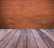 有室外木地板的砖墙 免版税库存照片