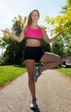 有室外桃红色顶面的锻炼的少妇运动的女孩 库存照片
