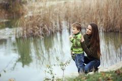 有室外的孩子的母亲 免版税库存照片