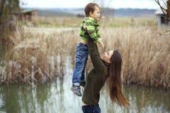 有室外的孩子的母亲 免版税图库摄影