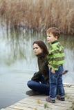 有室外的孩子的母亲 图库摄影