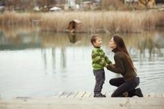 有室外的孩子的母亲 免版税库存图片