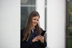 有室外的智能手机的女商人 库存图片