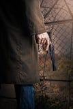 有枪的手 图库摄影