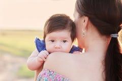 有室外的母亲的婴孩 免版税库存图片