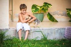 有室外的约克夏狗的男孩 免版税图库摄影