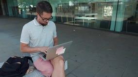 有室外的膝上型计算机的人 影视素材