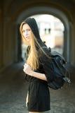有室外的袋子的妇女 免版税图库摄影