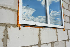 有室外的绝缘材料的新窗口建筑 窗口设施和替换 免版税库存照片