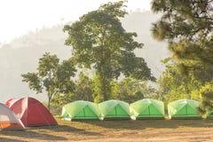有室外自然的山的野营的帐篷 免版税库存图片