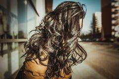 有室外长的卷发的深色的女孩 免版税库存图片