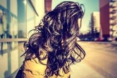 有室外长的卷发的深色的女孩 图库摄影