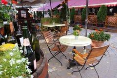 有室外黄色的花的法国餐馆 免版税库存图片