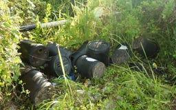 有害废料不负责任的人的处置在路边的 库存照片