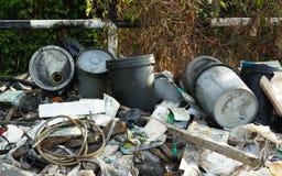 有害废料不负责任的人的处置在路边的 库存图片