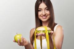 有害的食物 一个女孩与超重和mal奋斗 免版税库存照片