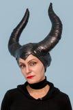 有害-从一个童话的美丽妇女与头发垫铁和创造性补偿万圣夜党 免版税库存照片