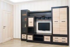 有家具、大壁橱和电视的宽敞的房间 免版税库存图片