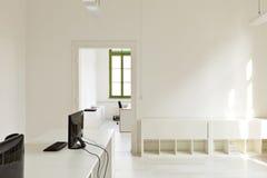 有家具白色的办公室 库存图片