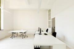 有家具白色的办公室 免版税库存图片