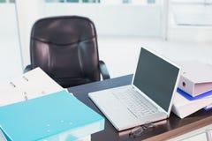 有家具的一张书桌 免版税库存照片