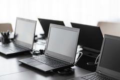 有家具的,膝上型计算机,大窗口现代会议室 办公室或培训中心内部 计算机实验室 免版税图库摄影