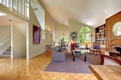有家庭书库的客厅 免版税库存照片