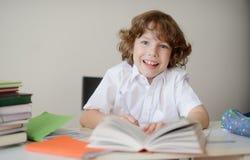 有家庭作业的小学学生 库存照片