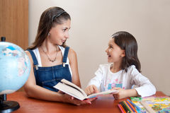 有家庭作业的母亲帮助的女儿 免版税库存图片