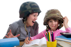 有家庭作业任务的母亲帮助的女儿 免版税图库摄影
