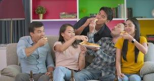 有家庭党和吃薄饼的小组年轻朋友采取它从桌 股票录像