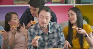 有家庭党和吃薄饼的小组年轻朋友采取它从桌 股票视频