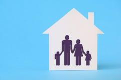 有家庭标志的白皮书房子 免版税库存照片