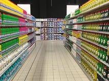 有家庭清洁产品的超级市场走道 免版税库存照片